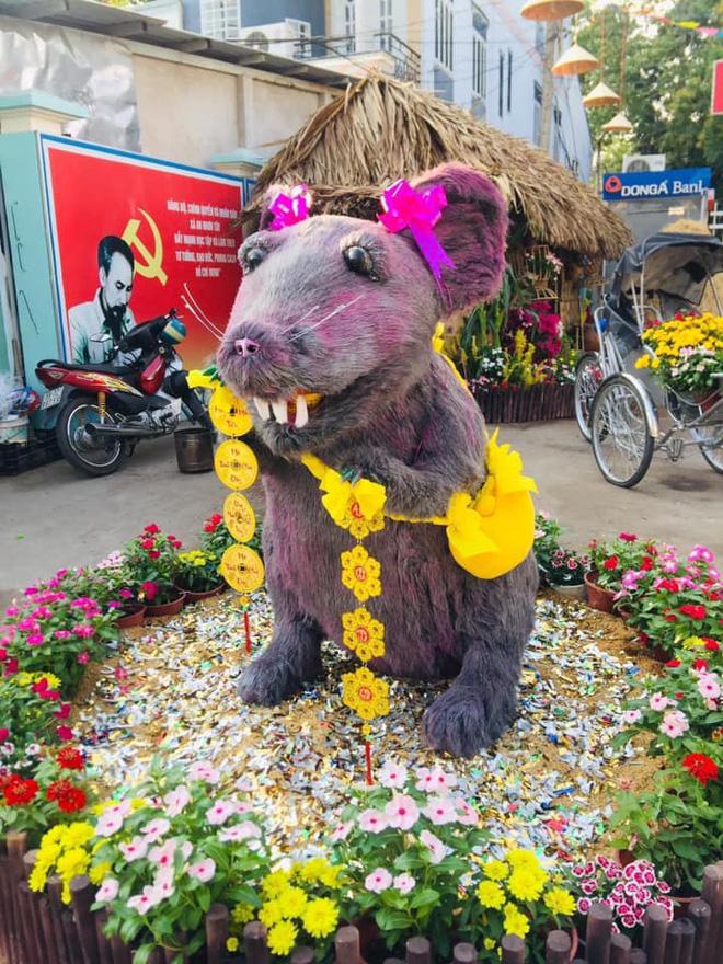Linh vật chuột mình đầy lông lá ở Củ Chi 'biến hình' thành nàng công chúa khiến dân mạng 'té ngửa': Đánh má hồng, gắn răng thỏ, đeo nơ baby - ảnh 3