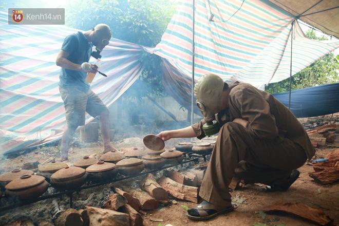 Người làng Vũ Đại đeo mặt nạ, xuyên đêm nấu cá kho bạc triệu phục vụ Tết cổ truyền - Ảnh 22.