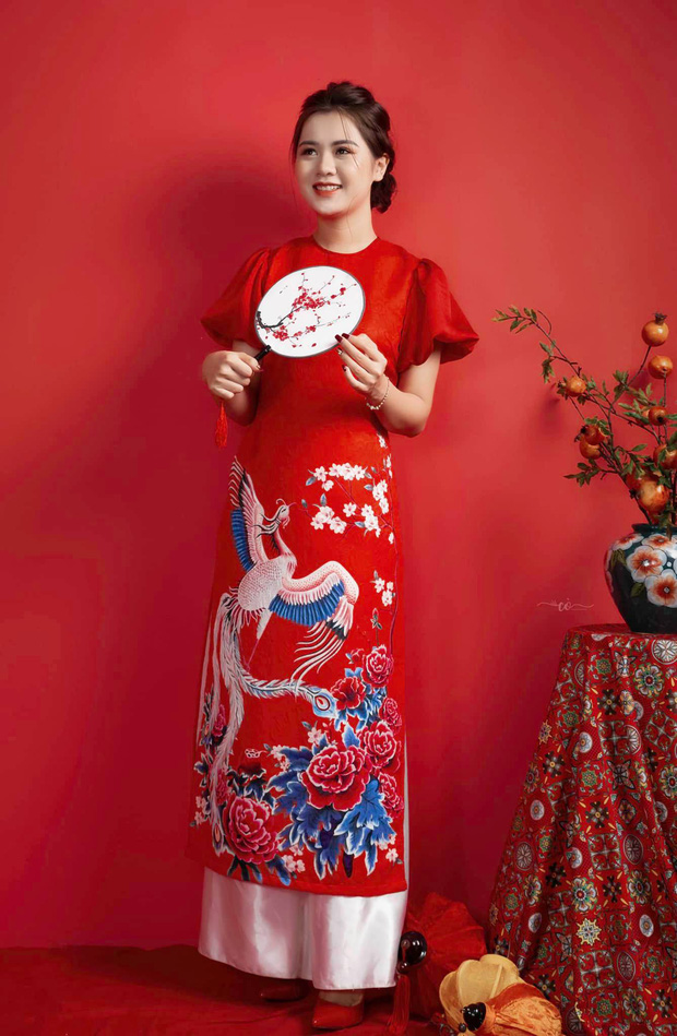 Quế Ngọc Hải cùng vợ xúng xính diện áo dài đỏ đón Tết, con gái nhỏ vẫn chiếm spotlight với biểu cảm ngơ ngác đáng yêu - Ảnh 4.
