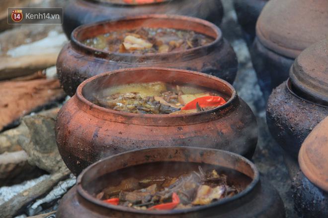 Người làng Vũ Đại đeo mặt nạ, xuyên đêm nấu cá kho bạc triệu phục vụ Tết cổ truyền - Ảnh 5.