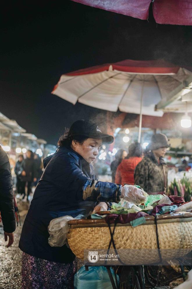 Sáng sớm cuối năm ở chợ hoa hot nhất Hà Nội: người qua kẻ lại tấp nập suốt cả đêm, nhiều bạn trẻ cũng lặn lội dậy sớm đi mua hoa - Ảnh 9.
