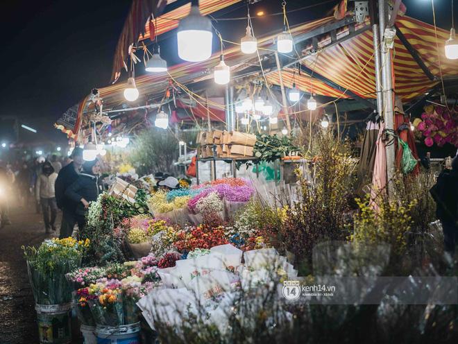 Sáng sớm cuối năm ở chợ hoa hot nhất Hà Nội: người qua kẻ lại tấp nập suốt cả đêm, nhiều bạn trẻ cũng lặn lội dậy sớm đi mua hoa - Ảnh 11.