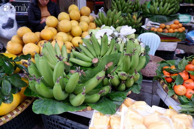 Thị trường hoa quả ngày 29 Tết: Chuối xanh đẹp lên tới gần 500 nghìn/nải, phật thủ lên đến cả triệu đồng/quả vẫn hút khách - Ảnh 8.
