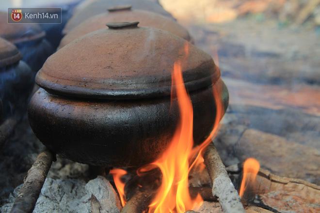Người làng Vũ Đại đeo mặt nạ, xuyên đêm nấu cá kho bạc triệu phục vụ Tết cổ truyền - Ảnh 10.
