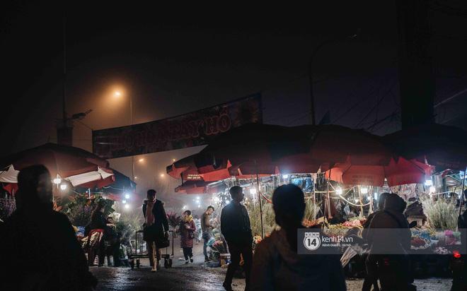 Sáng sớm cuối năm ở chợ hoa hot nhất Hà Nội: người qua kẻ lại tấp nập suốt cả đêm, nhiều bạn trẻ cũng lặn lội dậy sớm đi mua hoa - Ảnh 13.