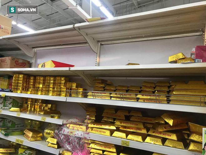 Các kệ hàng siêu thị trống trơn ngày 30 Tết do người dân thủ đô chen nhau mua sắm - Ảnh 1.