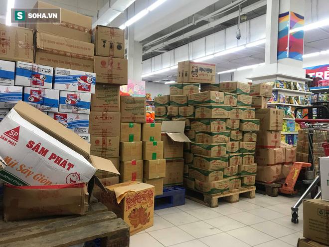 Các kệ hàng siêu thị trống trơn ngày 30 Tết do người dân thủ đô chen nhau mua sắm - Ảnh 5.