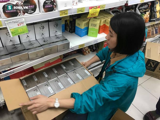Các kệ hàng siêu thị trống trơn ngày 30 Tết do người dân thủ đô chen nhau mua sắm - Ảnh 4.