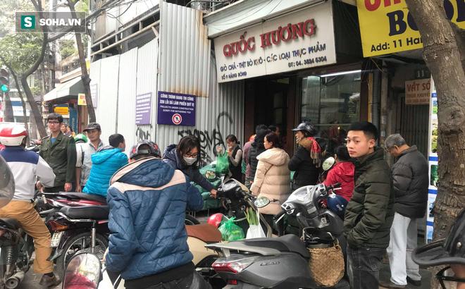 Chiều 30 Tháng Chạp, người Hà Nội vẫn chen chân xếp hàng tại tiệm giò chả 200 tuổi tại Phố Cổ