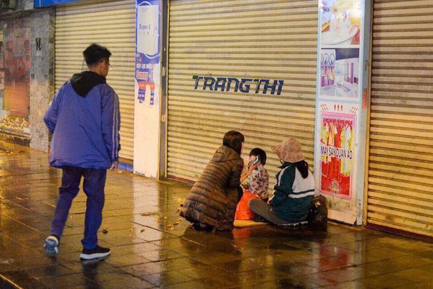 Đêm Giao Thừa nhìn thấy hình ảnh ba mẹ con bên đường, hai chiếc ô tô đỗ lại và có hành động ấm lòng - Ảnh 2.