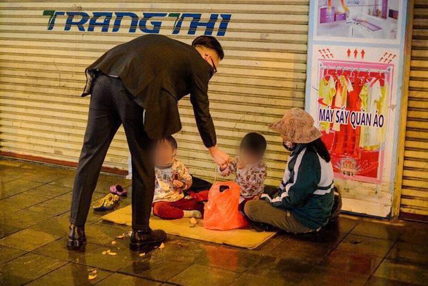Đêm Giao Thừa nhìn thấy hình ảnh ba mẹ con bên đường, hai chiếc ô tô đỗ lại và có hành động ấm lòng - Ảnh 3.