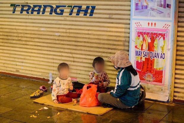 Đêm Giao Thừa nhìn thấy hình ảnh ba mẹ con bên đường, hai chiếc ô tô đỗ lại và có hành động ấm lòng - Ảnh 1.