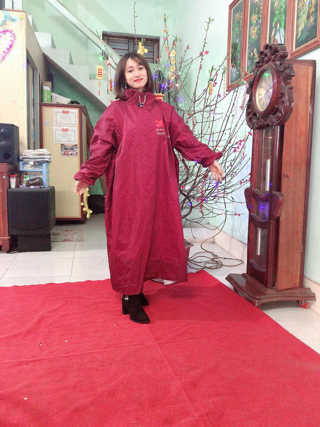 Những pha chúc Tết cồng kềnh ngày mùng 1: Trùm áo mưa kín mít, xỏ dép tổ ong rồi bám tường đội mưa đến nhà họ hàng - Ảnh 2.