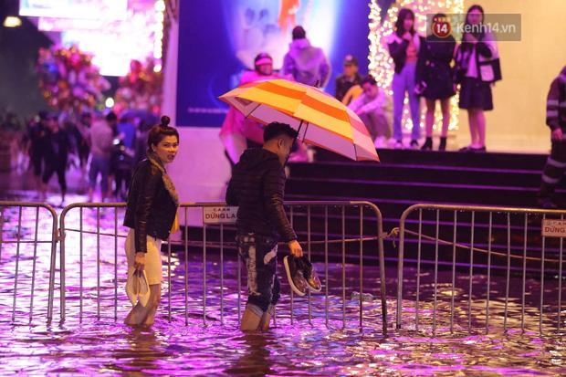 Ác mộng nước ngập đêm 30 Tết: Nước đục ngầu tràn vào nhà, đêm giao thừa bì bõm chờ đón pháo hoa - ảnh 11