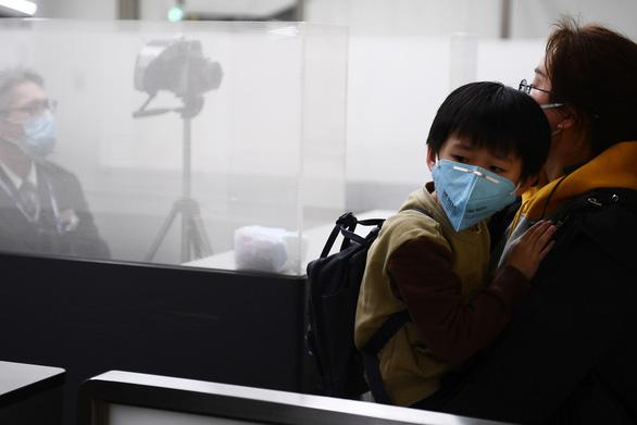 Bên trong Thành phố ma Vũ Hán: Nơi 11 triệu người bị cách ly hoàn toàn, lương thực cạn kiệt, gia đình ly tán, mọi người bàng hoàng lo sợ cầu cứu - Ảnh 3.