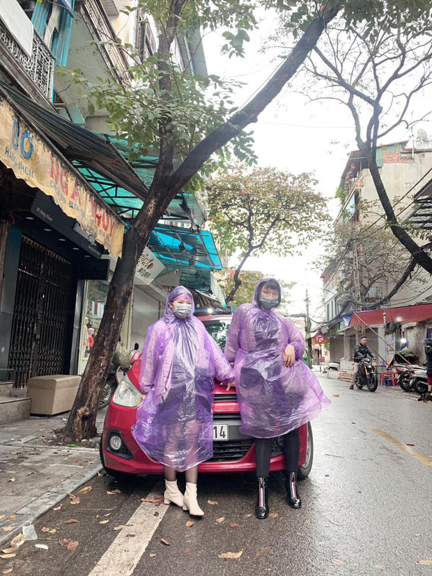 Những pha chúc Tết cồng kềnh ngày mùng 1: Trùm áo mưa kín mít, xỏ dép tổ ong rồi bám tường đội mưa đến nhà họ hàng - Ảnh 3.