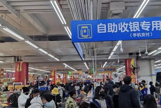 Bên trong Thành phố ma Vũ Hán: Nơi 11 triệu người bị cách ly hoàn toàn, lương thực cạn kiệt, gia đình ly tán, mọi người bàng hoàng lo sợ cầu cứu - Ảnh 4.