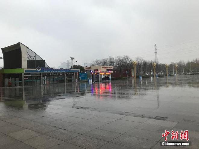 Chiều 30 Tết buồn ở ổ dịch Vũ Hán: Ga tàu, sân bay đìu hiu, đường phố vắng tanh không một bóng người vì virus corona - Ảnh 5.