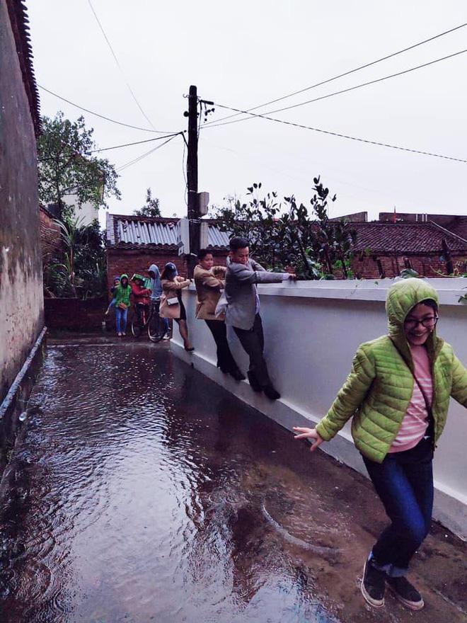 Những pha chúc Tết cồng kềnh ngày mùng 1: Trùm áo mưa kín mít, xỏ dép tổ ong rồi bám tường đội mưa đến nhà họ hàng - Ảnh 5.