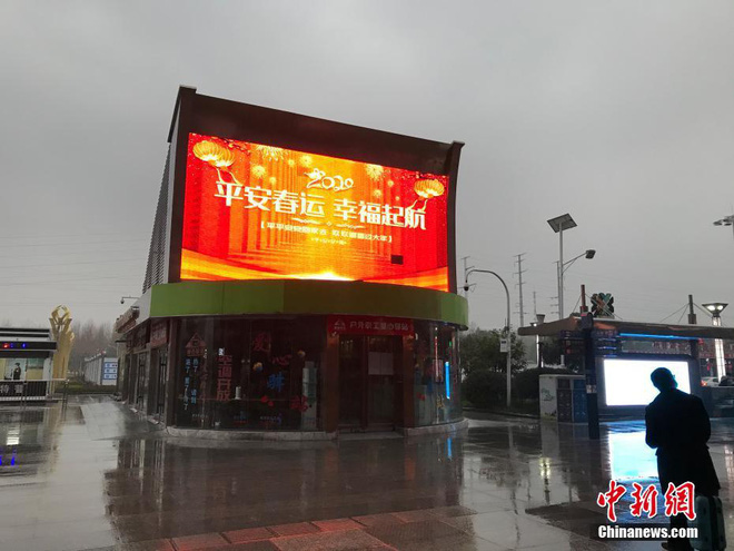Chiều 30 Tết buồn ở ổ dịch Vũ Hán: Ga tàu, sân bay đìu hiu, đường phố vắng tanh không một bóng người vì virus corona - Ảnh 7.