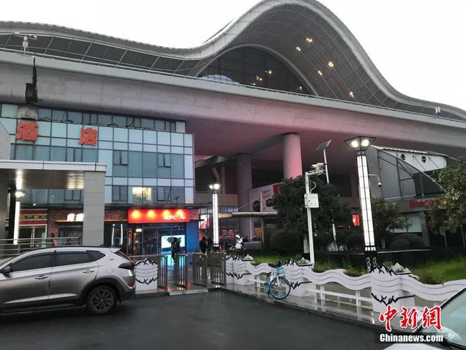 Chiều 30 Tết buồn ở ổ dịch Vũ Hán: Ga tàu, sân bay đìu hiu, đường phố vắng tanh không một bóng người vì virus corona - Ảnh 8.