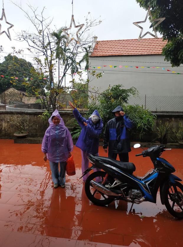 Những pha chúc Tết cồng kềnh ngày mùng 1: Trùm áo mưa kín mít, xỏ dép tổ ong rồi bám tường đội mưa đến nhà họ hàng - Ảnh 9.