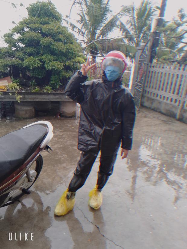 Những pha chúc Tết cồng kềnh ngày mùng 1: Trùm áo mưa kín mít, xỏ dép tổ ong rồi bám tường đội mưa đến nhà họ hàng - Ảnh 10.