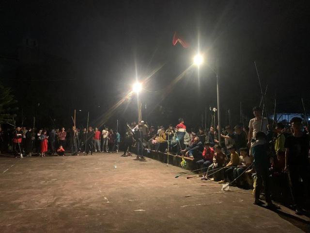 Độc đáo phong tục xin lửa thánh về nhà trong đêm giao thừa ở Nam Định - Ảnh 1.