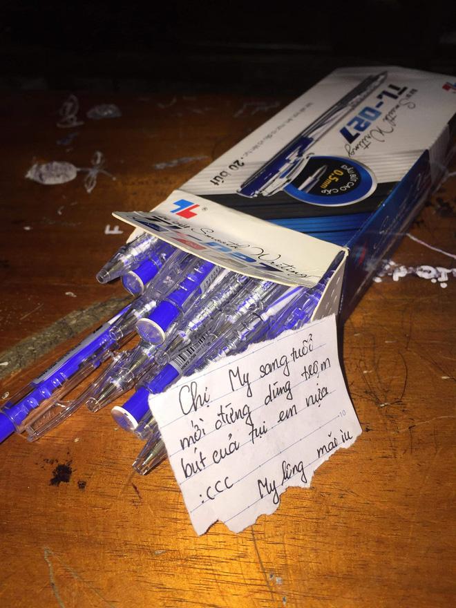 Đầu năm bị đòi lì xì, nữ sinh tặng nguyên hộp bút kèm theo lời nhắn nhủ khiến người chị nín lặng - Ảnh 1.