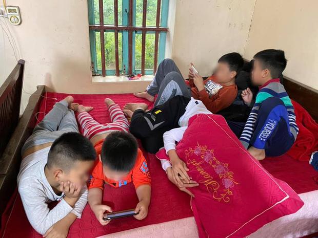 Hình ảnh hàng chục đứa trẻ ngồi túm tụm trên giường, yên lặng dán mắt vào smartphone khi đi chúc Tết khiến nhiều người giật mình - Ảnh 3.
