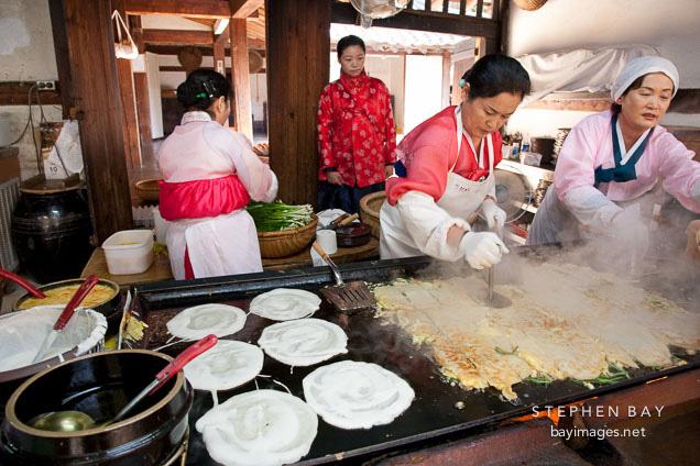 Tết với phụ nữ Hàn là những ngày làm việc tăng ca nhiều giờ liền nhưng không dám than phiền vì cảm giác có lỗi với tất cả mọi người - Ảnh 3.