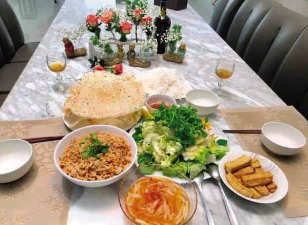 """MC Quyền Linh: """"Với tôi, Tết không thể thiếu thịt kho hột vịt, dưa chua và canh khổ qua"""" - Ảnh 4."""