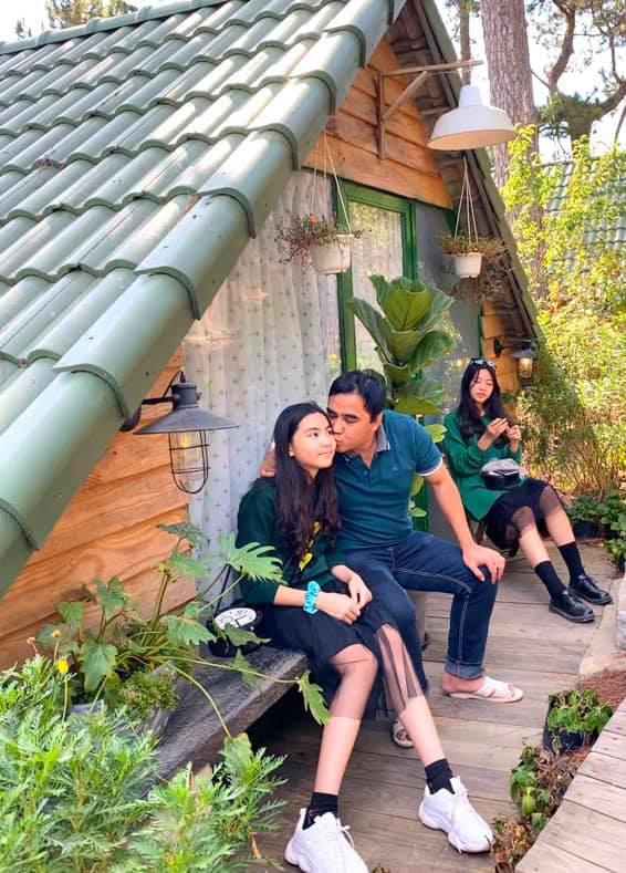 Khoe ảnh cả gia đình đi Đà Lạt nghỉ Tết, bà xã Quyền Linh gây trầm trồ vì nhan sắc tuổi tứ tuần quá xinh đẹp  - Ảnh 2.