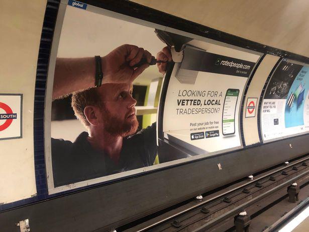 Người dùng mạng sửng sốt khi phát hiện hình ảnh lạ lẫm của Harry đang quảng cáo ở ga tàu điện ngầm và sự thật khiến ai cũng ngã ngửa - Ảnh 1.
