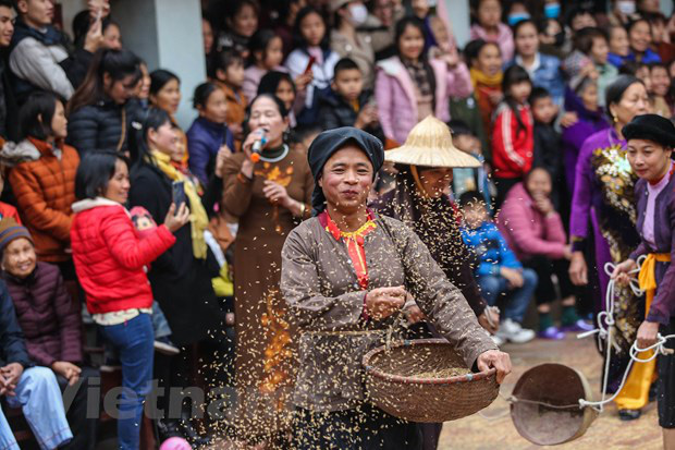 Trai làng giả gái gieo hạt tại lễ hội trâu bò rơm rạ tỉnh Vĩnh Phúc - Ảnh 12.