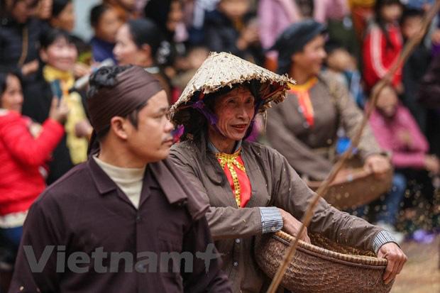 Trai làng giả gái gieo hạt tại lễ hội trâu bò rơm rạ tỉnh Vĩnh Phúc - Ảnh 13.
