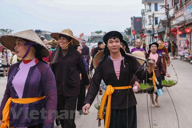 Trai làng giả gái gieo hạt tại lễ hội trâu bò rơm rạ tỉnh Vĩnh Phúc - Ảnh 2.