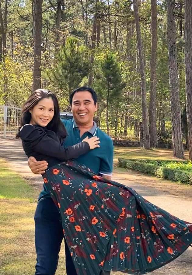 Khoe ảnh cả gia đình đi Đà Lạt nghỉ Tết, bà xã Quyền Linh gây trầm trồ vì nhan sắc tuổi tứ tuần quá xinh đẹp  - Ảnh 5.