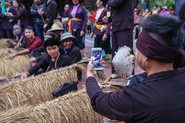 Trai làng giả gái gieo hạt tại lễ hội trâu bò rơm rạ tỉnh Vĩnh Phúc - Ảnh 5.
