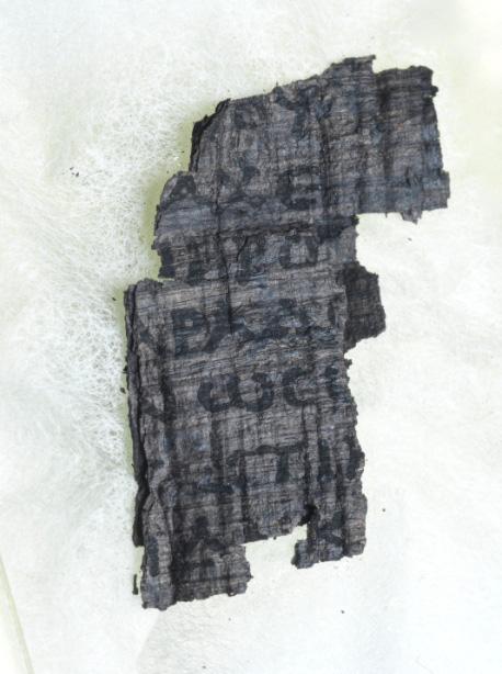 Các nhà khoa học dùng thứ ánh sáng sáng hơn Mặt Trời 10 tỷ lần để đọc cuộn giấy cổ ngàn năm tuổi - Ảnh 2.