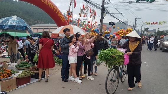 Một trong 100 phiên chợ tết độc đáo nhất Việt Nam - Ảnh 4.