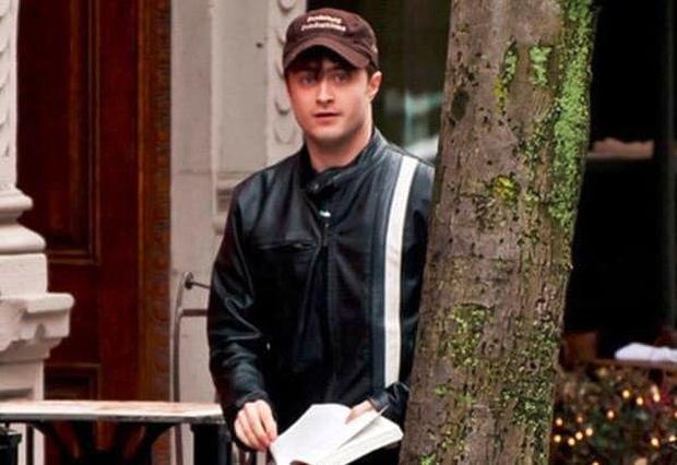 Ngã ngửa chiêu trốn paparazzi của Harry Potter Daniel: 6 tháng chỉ mặc duy nhất 1 bộ quần áo ra đường và cái kết - Ảnh 2.