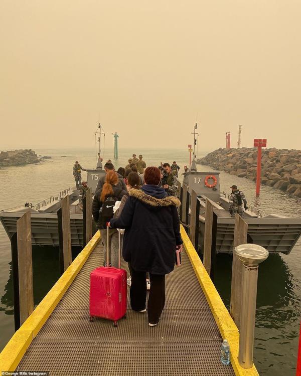 Cuộc di tản lịch sử, giải cứu 4.000 người mắc kẹt ở thị trấn ven biển Australia bắt đầu - Ảnh 2.