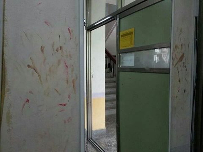 Hàng loạt nhà vệ sinh tại các trường học dính đầy vết son trên tường, các nữ sinh đã làm gì ở trong đó vậy? - Ảnh 2.