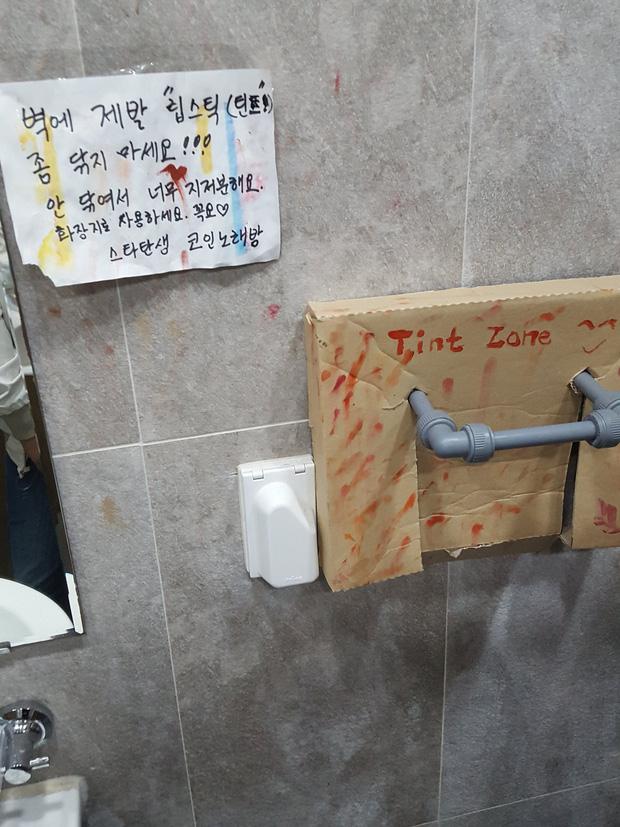 Hàng loạt nhà vệ sinh tại các trường học dính đầy vết son trên tường, các nữ sinh đã làm gì ở trong đó vậy? - Ảnh 3.