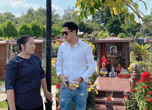NSND Hồng Vân, diễn viên Minh Luân viếng mộ cố nghệ sĩ Anh Vũ vào ngày mùng 5 Tết: Người đi rồi nhưng cái tình còn mãi! - Ảnh 1.