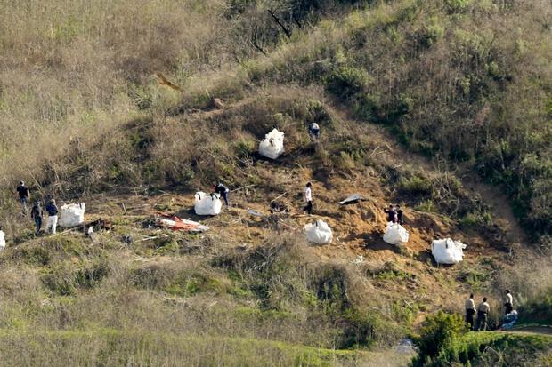 Đau lòng: Sau vụ tai nạn trực thăng thảm khốc, thi thể của Kobe Bryant buộc phải xác định thông qua dấu vân tay - Ảnh 1.
