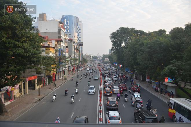 Ảnh: Đường phố Hà Nội nơi thoáng đãng, nơi ùn tắc trong ngày đi làm đầu tiên của năm 2020 - Ảnh 1.