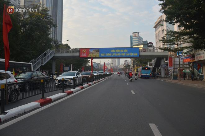 Ảnh: Đường phố Hà Nội nơi thoáng đãng, nơi ùn tắc trong ngày đi làm đầu tiên của năm 2020 - Ảnh 2.