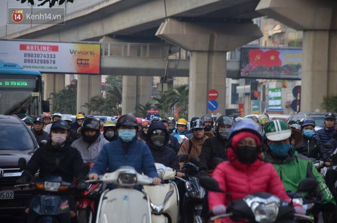 Ảnh: Đường phố Hà Nội nơi thoáng đãng, nơi ùn tắc trong ngày đi làm đầu tiên của năm 2020 - Ảnh 14.